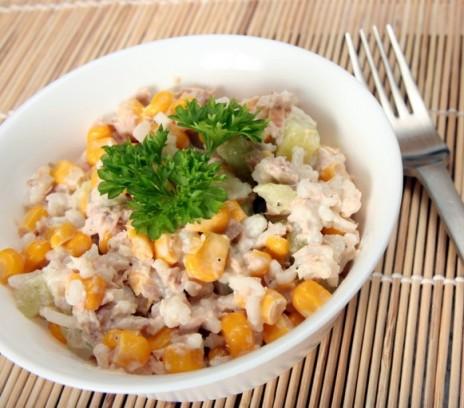 Салат с тунцом и кукурузой фото